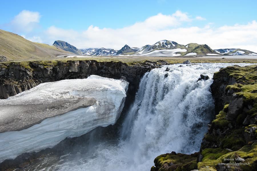 cascade dans la réserve naturelle de Fjallabak