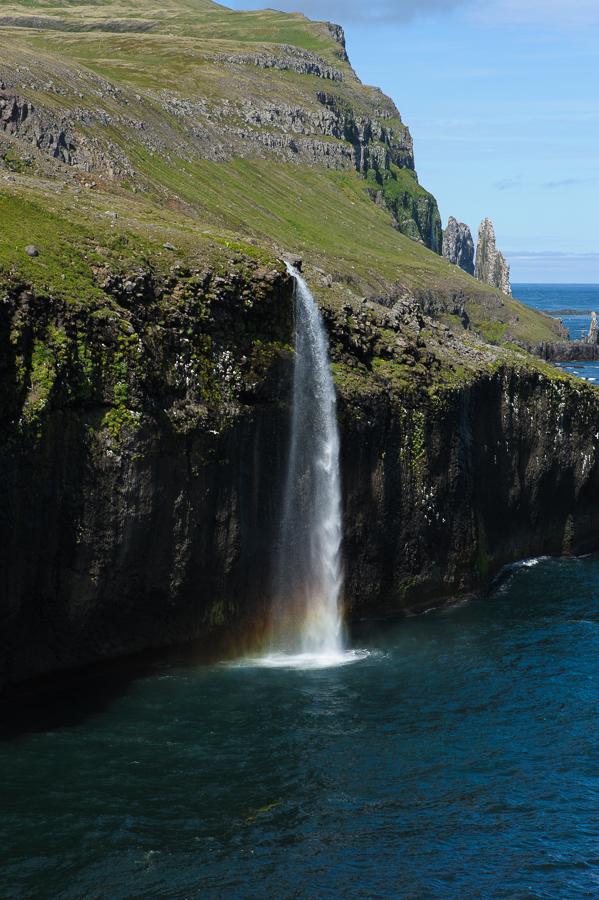 cascade tombant dans la mer près de Latravik
