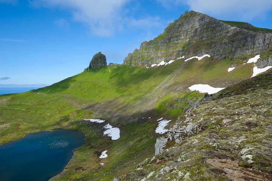 les falaises d'Hornbjarg dans la baie d'Hornvik
