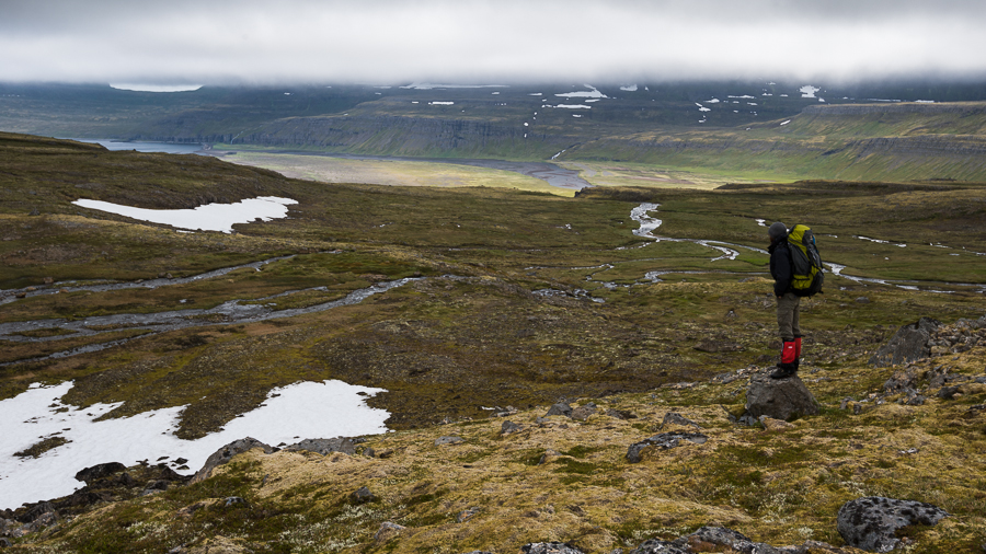 randonneur en trek dans le Hornstrandir