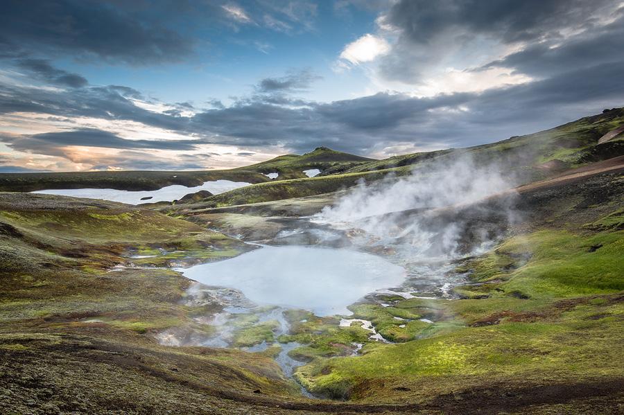 coucher de soleil sur la source chaude géo-thermale Reykjadalir