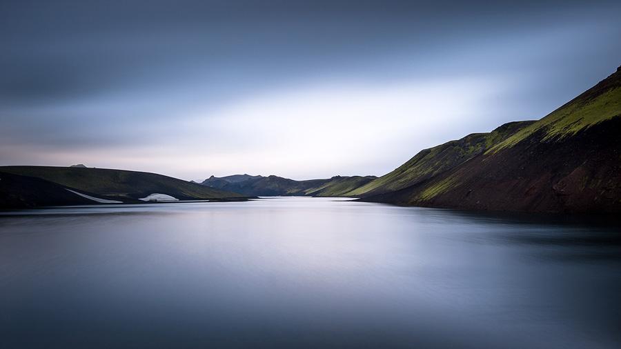 pose longue sur le lac skyggnisvatn en Islande