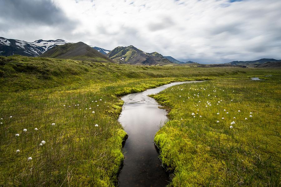pose longue d'un ruisseau en Islande , près du Tindjallajökull