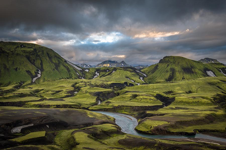 belle lumière sur les montagnes de fjallabak en Islande