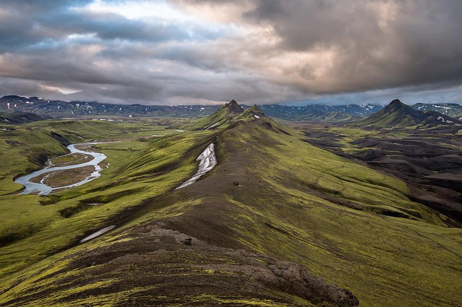 randonnée durant le soleil de minuit en Islande