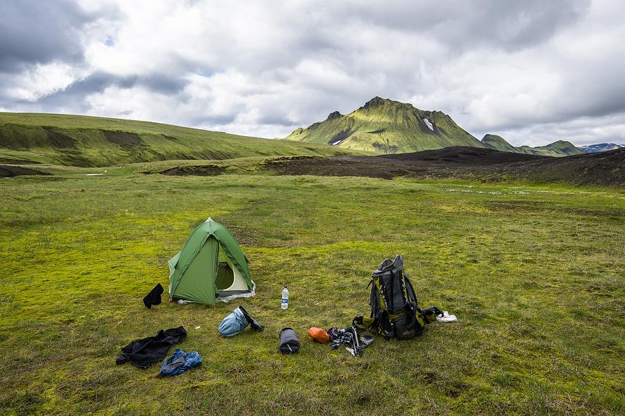 tente et sac de randonnée dans les hautes-terres d'islande