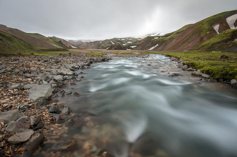 pose longue de la rivière jokulgil dans la réserve de fjallabaks en Islande