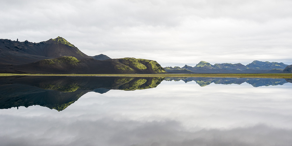 reflet miroir dans un lac en islande