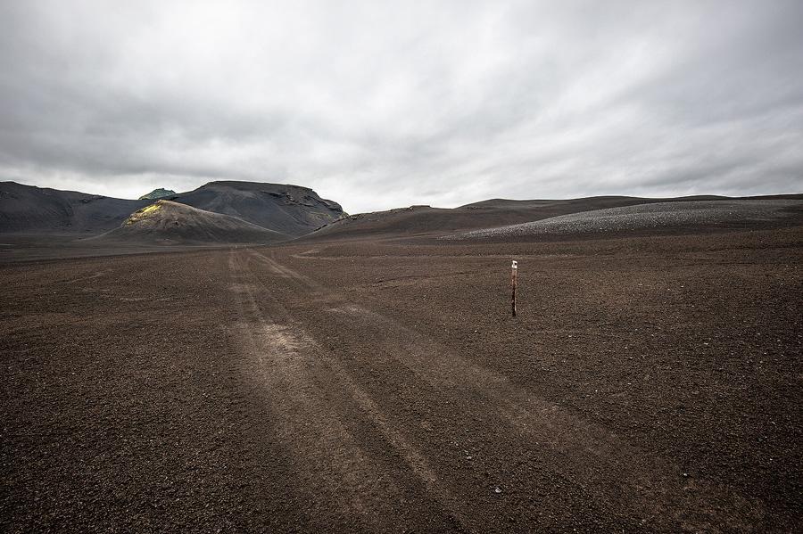 piste dans le désert de sable noir en Islande