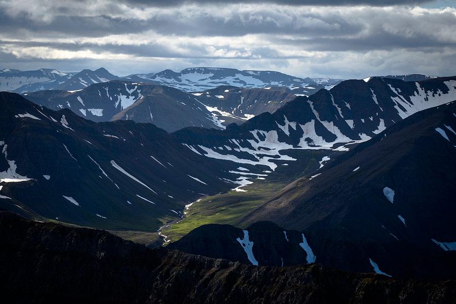 les montagnes de la péninsule des trolls près d'Olafsjördur, en Islande