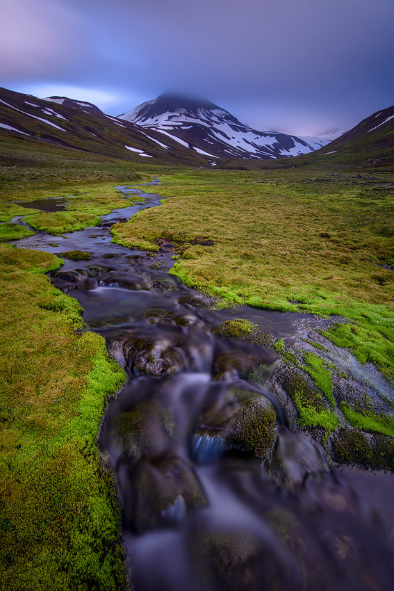 torrent près d'Akureyri dans les fjords d'Islande