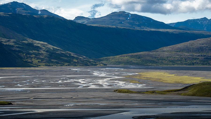 rivière en tresse dans le lonsoraefi en Islande