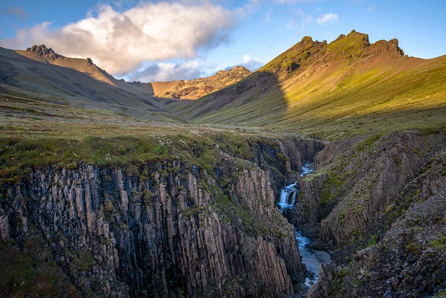 canyon d'orgues basaltiques dans le parc national de Skaftafell au sud de l'Islande