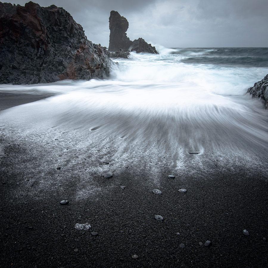 filé de vagues sur Djùpalon , plage de sable noir , péninsule de snaefellsnes en Islande