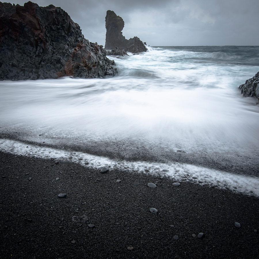 filé de vagues , plage noir de Djùpalon , péninsule de snaefellsnes en Islande
