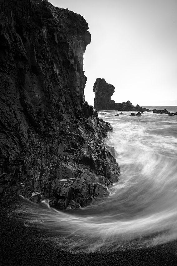 plage de galets noirs de Djùpalon , péninsule de snaefellsnes en Islande