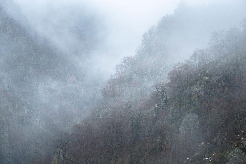 Brume d'ambiance, tempête de neige, vallée de la Seuge en Auvergne
