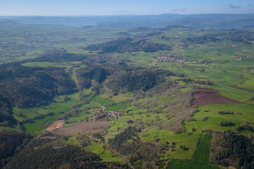photographie aérienne en Auvergne, ancien cratère de Seneze