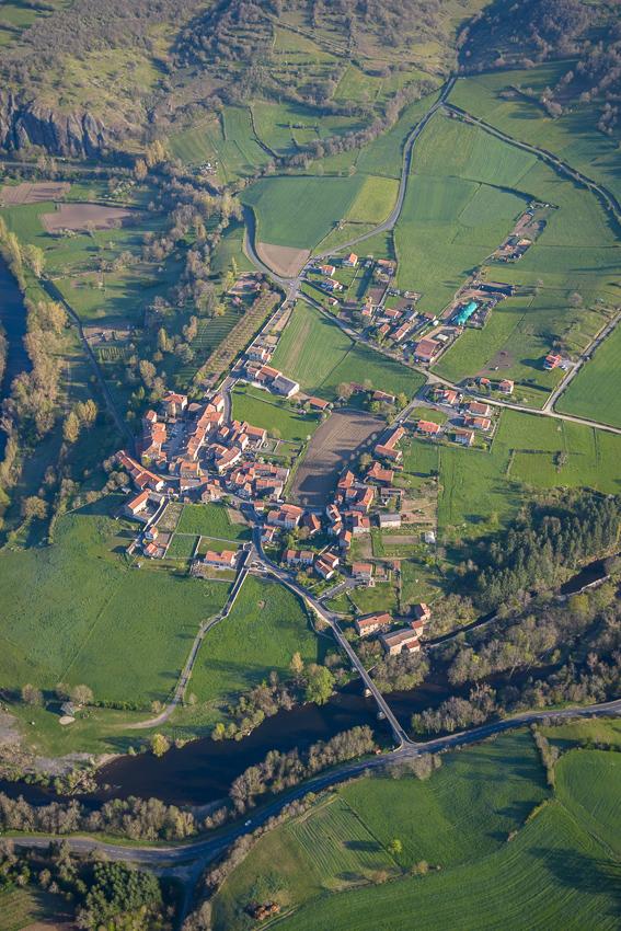 photographie aérienne en Auvergne, village du Chambon, bord d'Allier