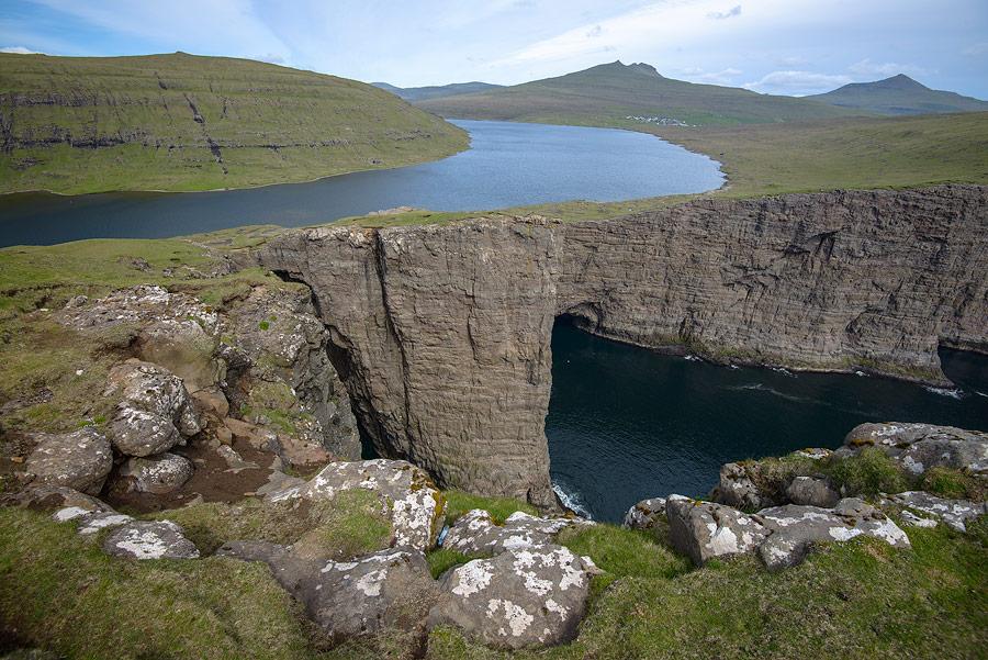 Le lac Sørvágsvatn des Îles Féroé, appelé aussi Leitisvatn