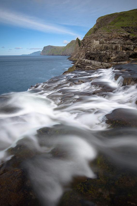 cascade du lac Sørvágsvatn ou Leitisvatn tombant dans l'océan