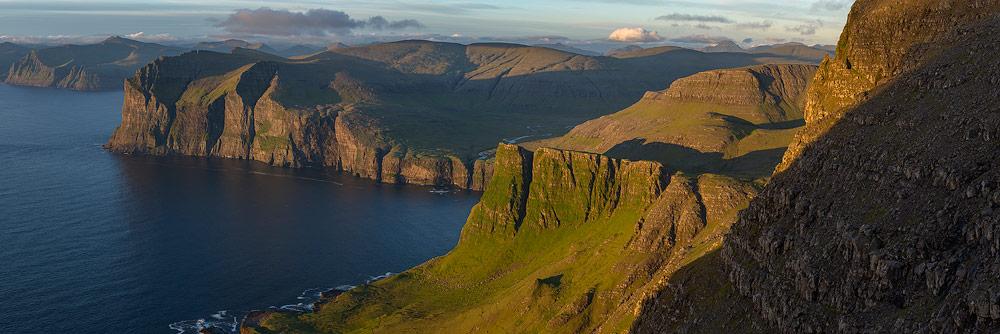 paysage de falaises sur l'archipel des Îles Féroé