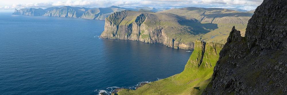 Falaises sur les Îles Féroé vues depuis un sommet