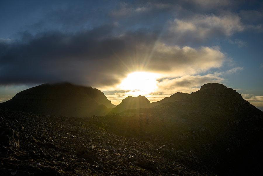 coucher de soleil depuis un sommet sur les Îles Féroé