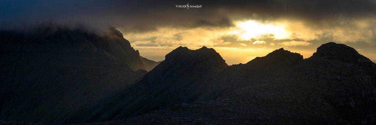 coucher de soleil sur Arnafjall pres de Gasadalur aux îles féroé