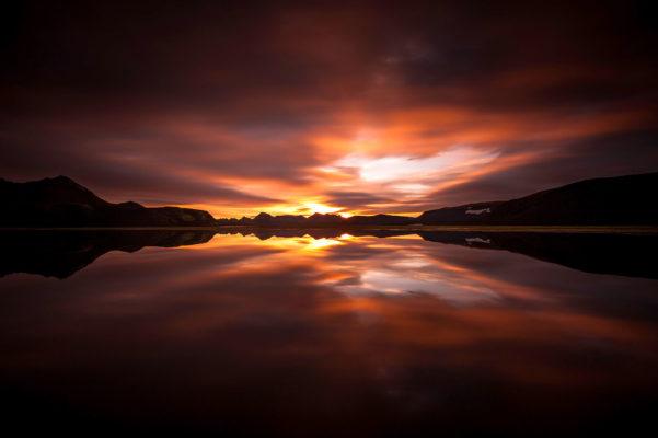 lever de soleil sur un lac au bord de la Tungnaa, en Islande