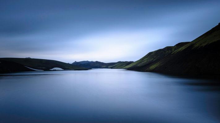 pose longue au bord d'un lac dans la région des fjallabaks à la tombée de la nuit