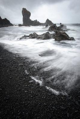 Plage de sable noir et de roche volcanique sur la péninsule de Snaefellsness
