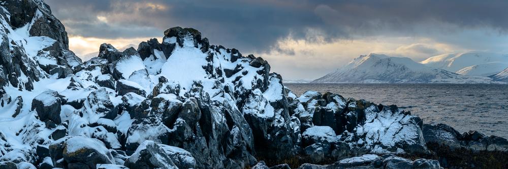 paysage panoramique du bord de mer en hiver avec de la neige en Norvège
