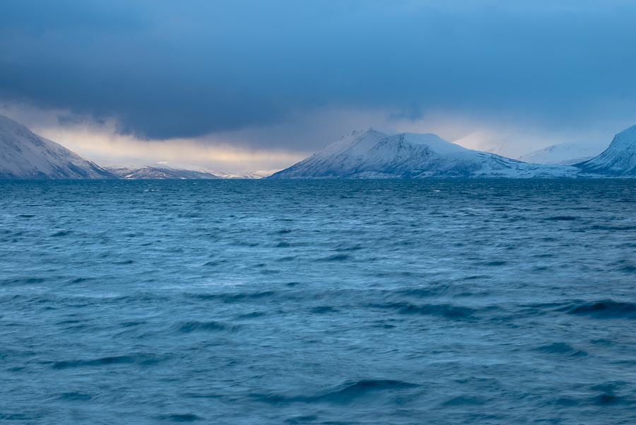 coucher de soleil dans les Alpes de Lyngen, près de Tromso, en hiver sur la côte norvégienne