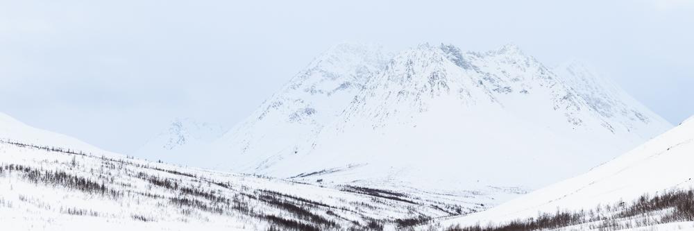 montagnes enneigées dans les alpes de Lyngen