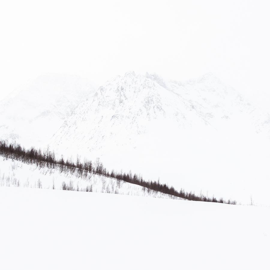 paysage de brumes en hiver dans les Alpes de Lyngen près de Fastdalen