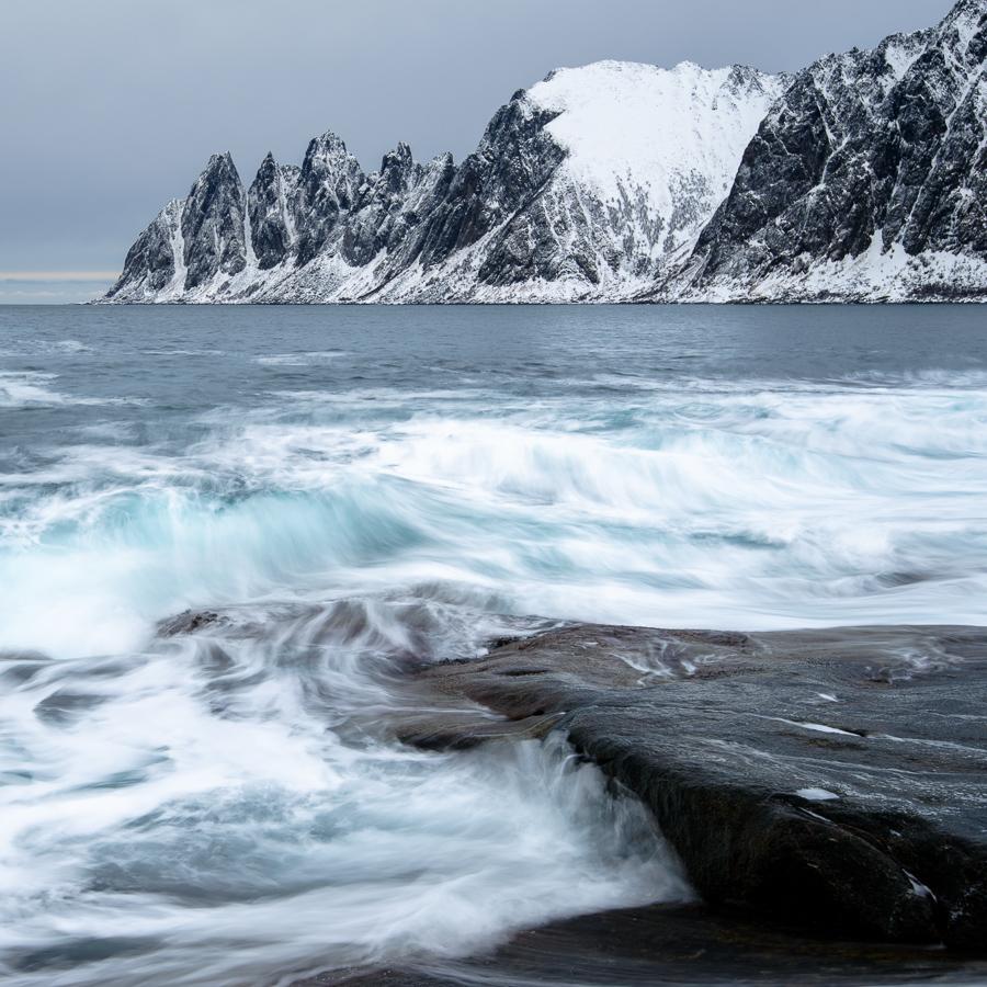 les falaises d'Okshornan en hiver depuis Tungeneset sur l'ile de Senja.
