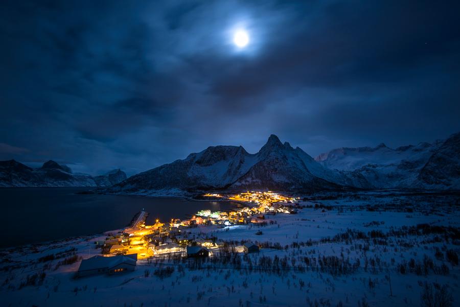nuit arctique sur le village de Mefjordvaer
