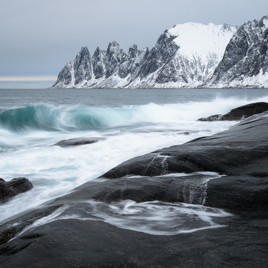 littoral et fjord de la Norvège près de Tromso